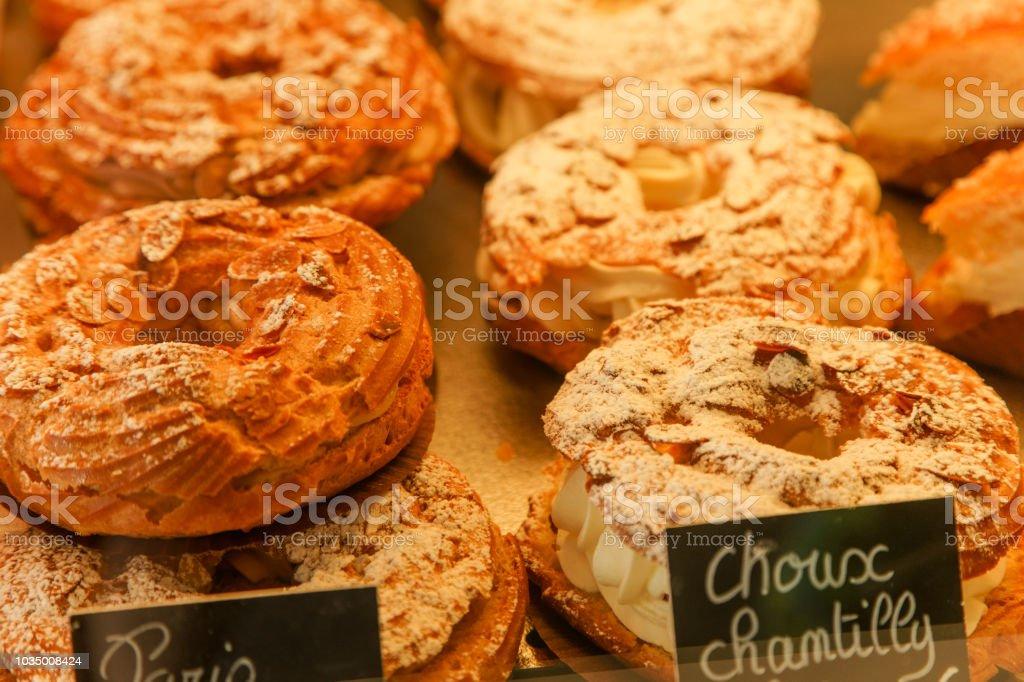 Paris-brest français gâteau à la crème à la boutique de pâtisserie en France - Photo