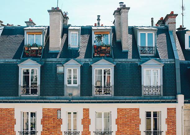 pariser apartment-gebäude dächer - französische häuser stock-fotos und bilder