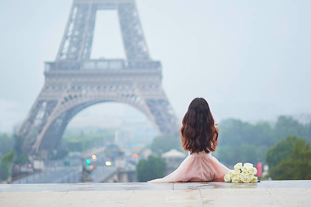 Parisian woman in front of the Eiffel tower - foto de stock