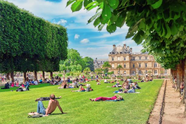 Parisians ve turistler bir Lüksemburg Sarayı yakınlarındaki'nın bahçesinde dinlenin. Paris. Fransa. stok fotoğrafı