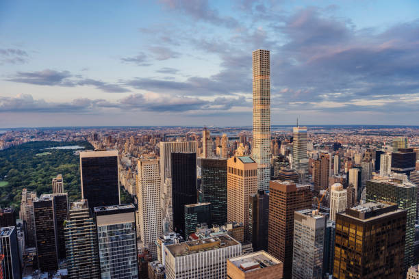 432 park avenue skyscraper and central park in new york - central park manhattan zdjęcia i obrazy z banku zdjęć