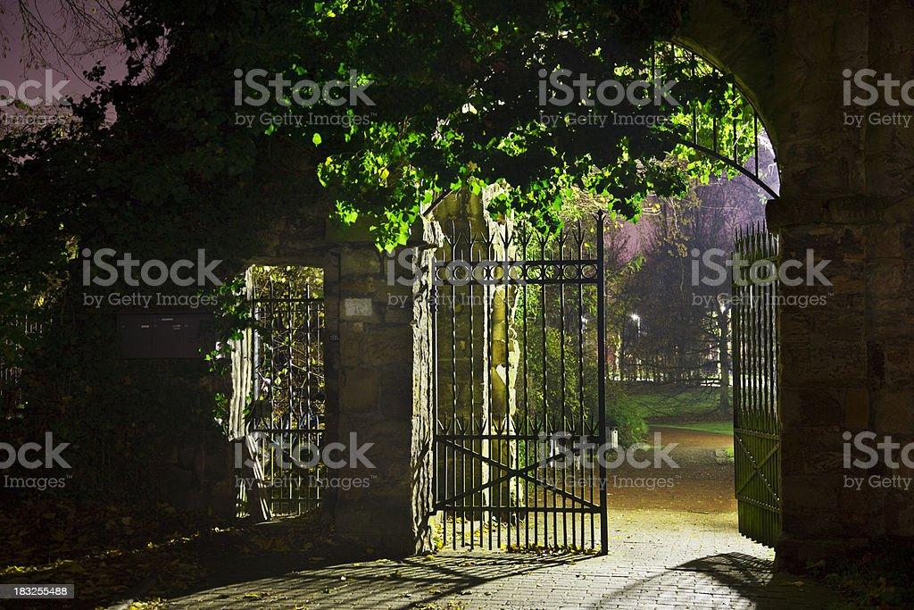 Park Eingang bei Nacht Lizenzfreies stock-foto