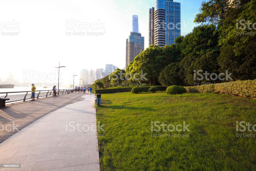 Park path grass with city landmark buildings foto stock royalty-free