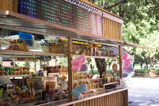 park snacks winkel biedt een scala aan snacks, voedsel en snoepjes. - mini amusementpark stockfoto's en -beelden