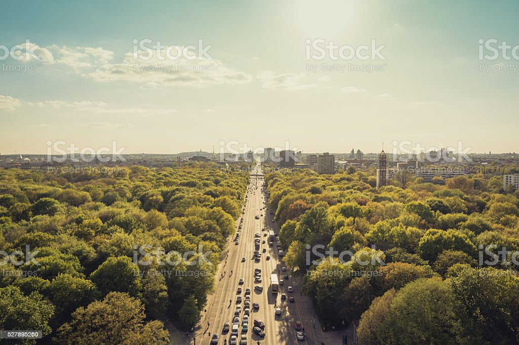 park Straße und die Skyline der Stadt – Foto