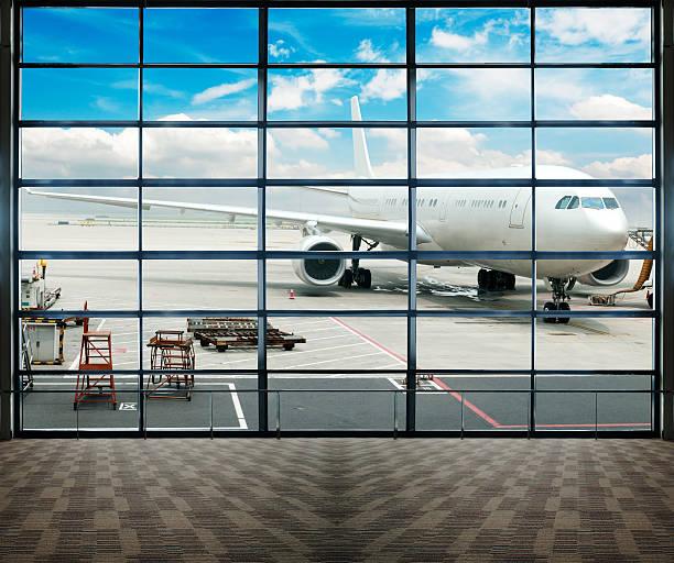Geparkten Flugzeuge am Flughafen shanghai durch das gate Fenster. – Foto