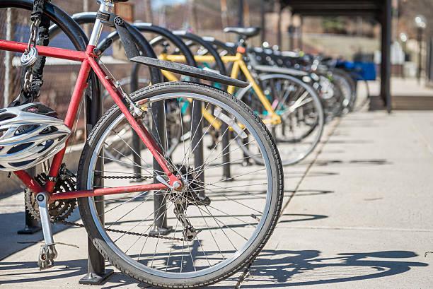 geparkten fahrräder - fahrradhalter stock-fotos und bilder