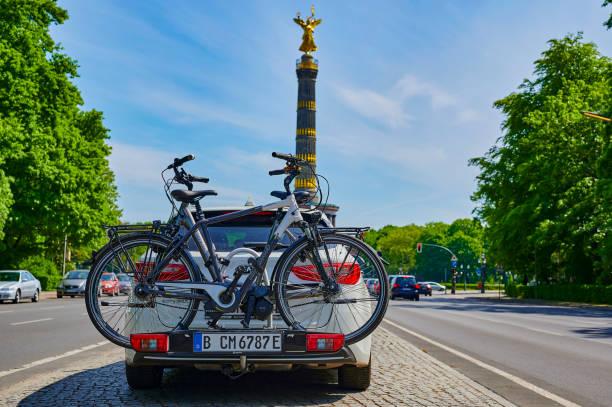 ベルリンのダウンタウンに自転車キャリアを持つ駐車中の車。 - グローサーシュテルン広場 ストックフォトと画像