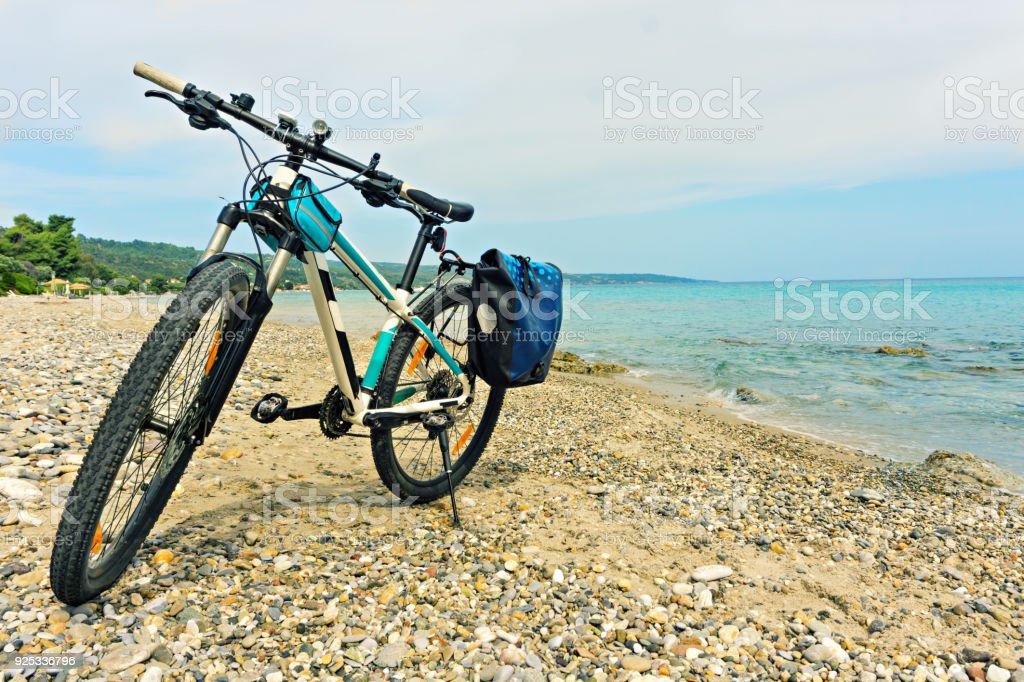Estacionados en la bicicleta de montaña de playa a la espera de la continuación de viaje. - foto de stock