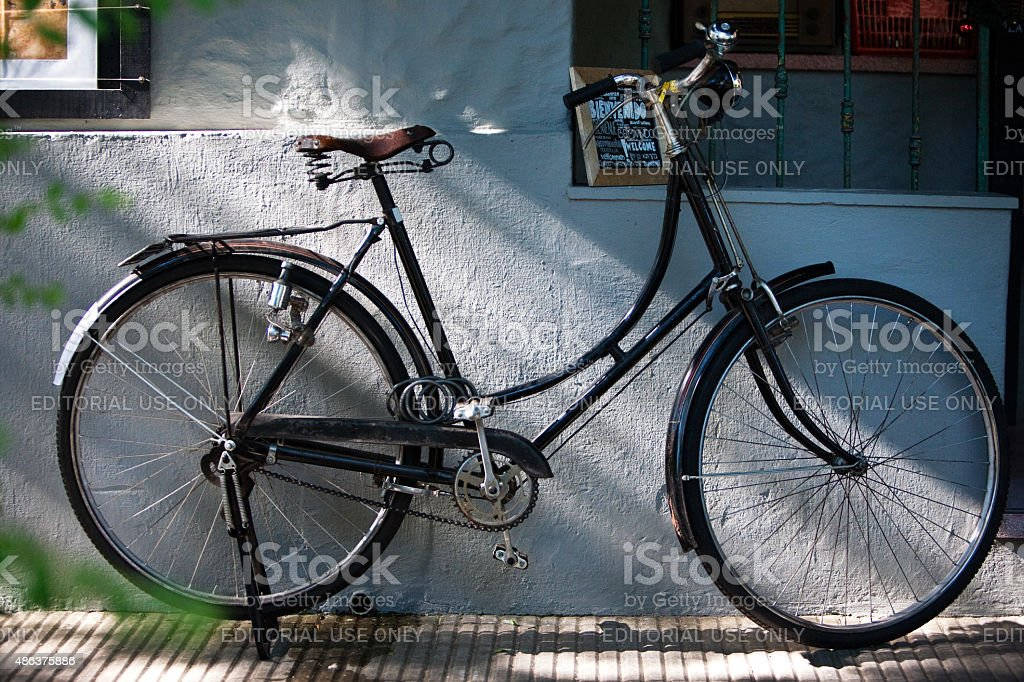 Estacionados Vintage estilo retrô bicicleta na rua - foto de acervo