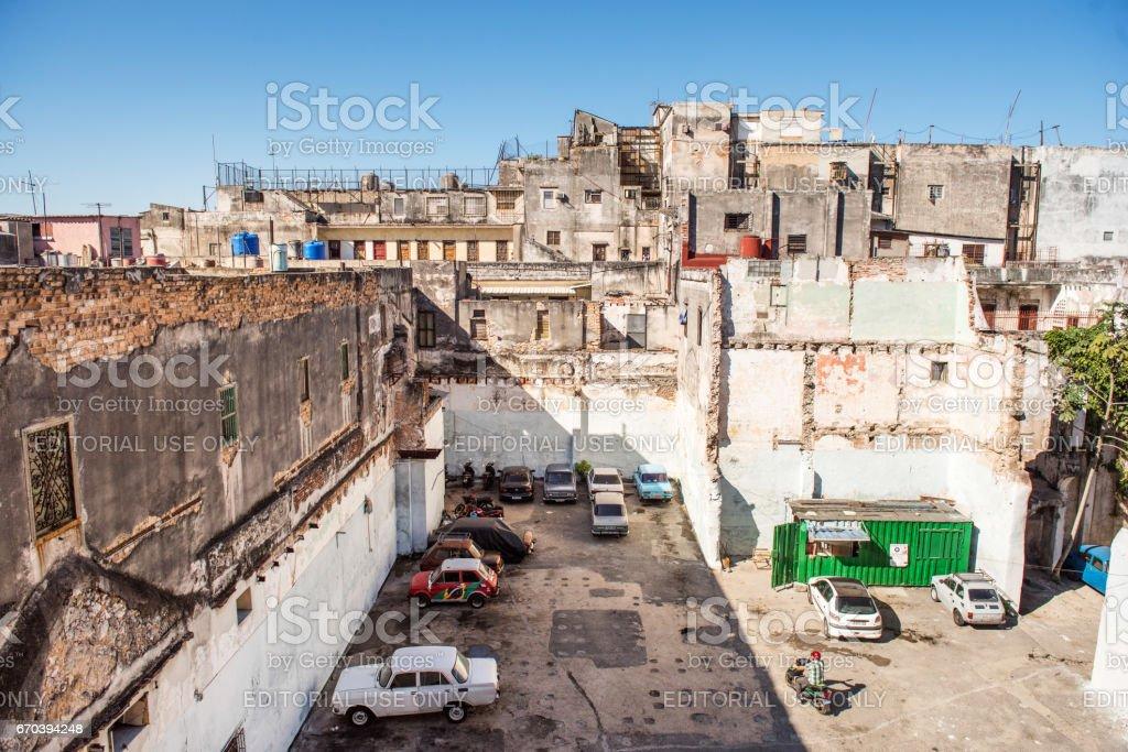 Área de estacionamento em um quintal em Havana, Cuba - foto de acervo