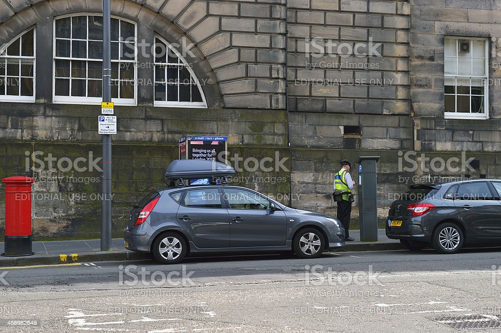 Atendente de estacionamento trabalhando em Edimburgo - foto de acervo