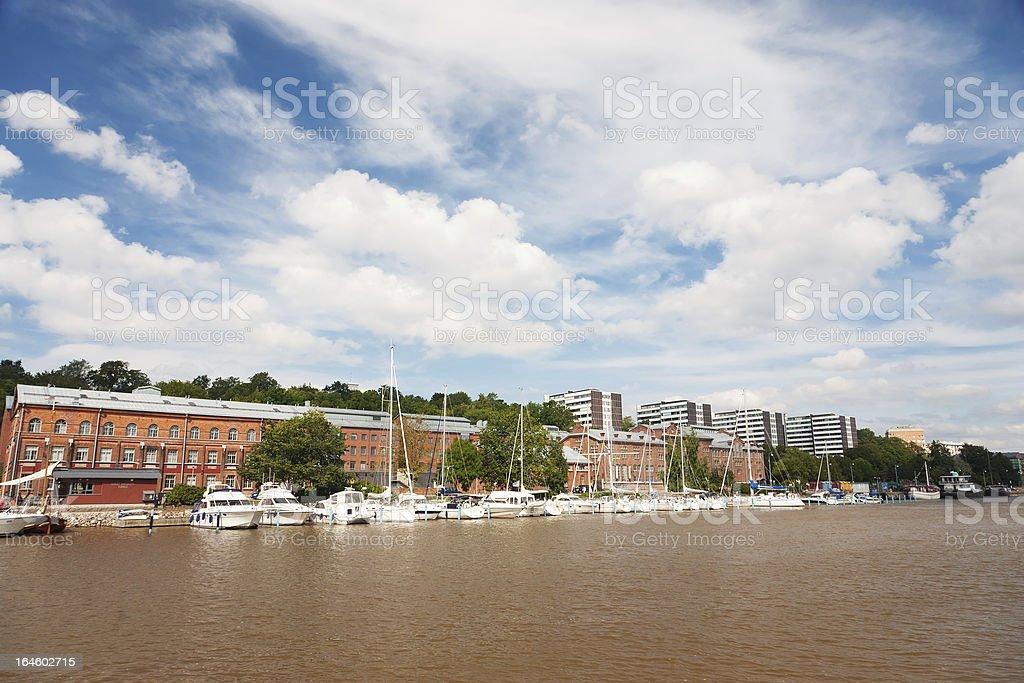 Parkplätze für Boote auf dem Fluss Aurajoki in Turku, Finnland – Foto