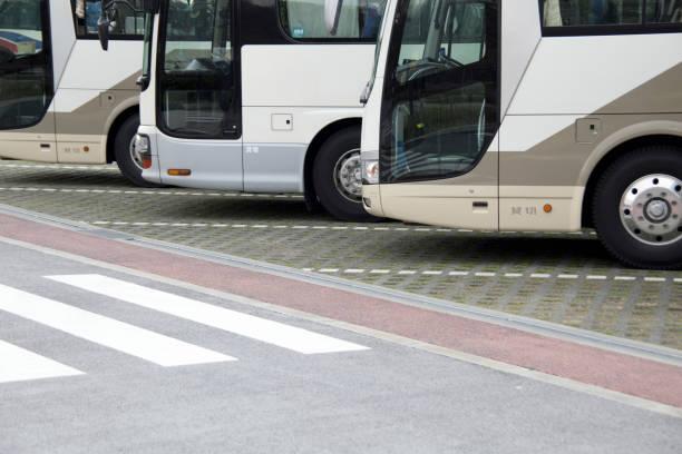 観光バス専用の平面駐車場 - バス ストックフォトと画像