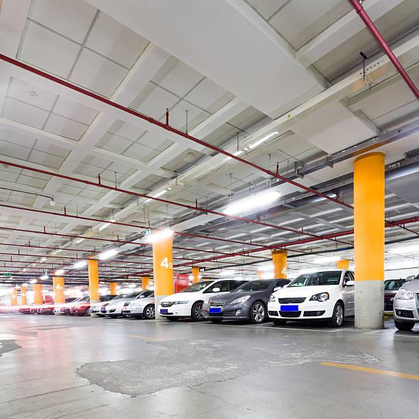 Parken in der garage ist unterirdisch Innenraum mit ein paar geparkte Autos – Foto