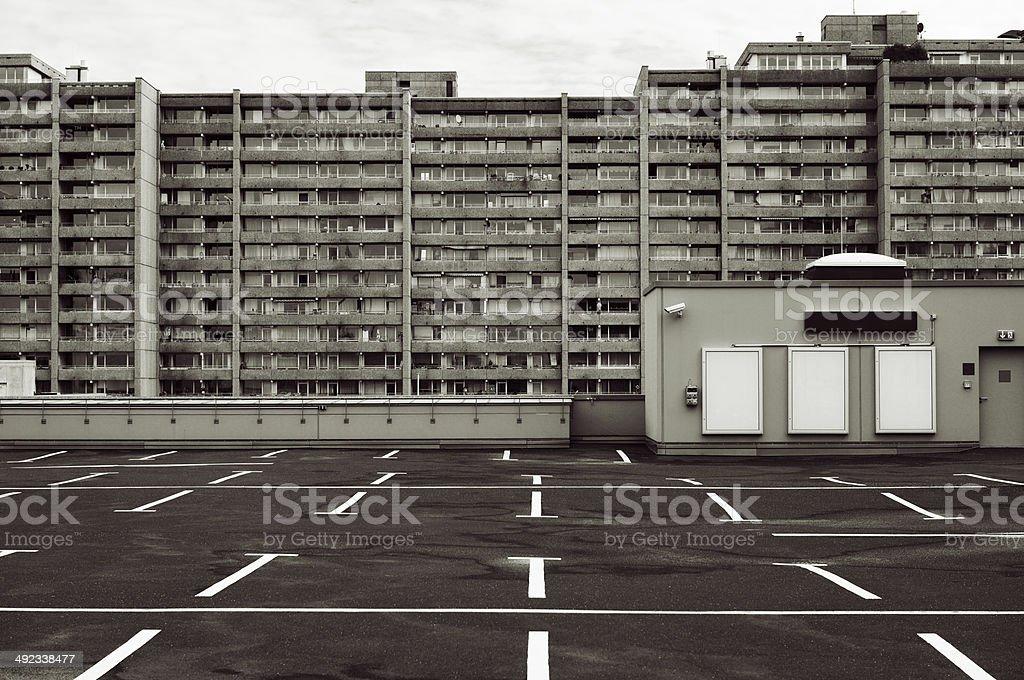 Parkplatz und block von flats – Foto