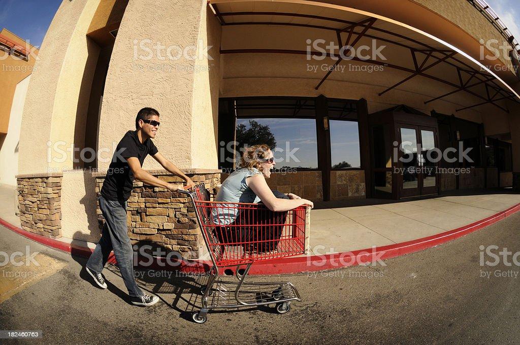 Estacionamiento cesta de compras diversión para Pareja joven foto de stock libre de derechos
