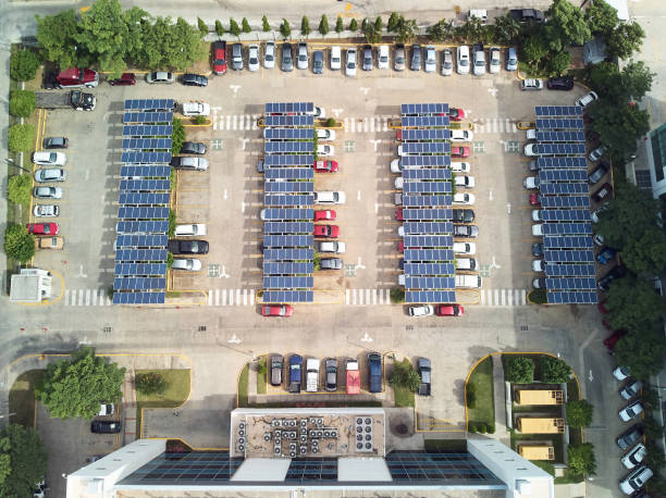 Parkplatz mit Sonnenkollektoren – Foto
