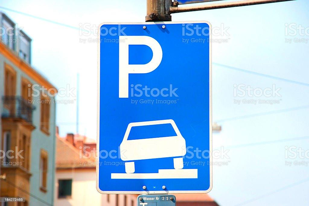parking - Parken erlaubt Verkehrsschild royalty-free stock photo