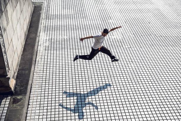 parkour - mann in springen und ausübung auf frei läuft in taiwan - taipei - parkour stock-fotos und bilder