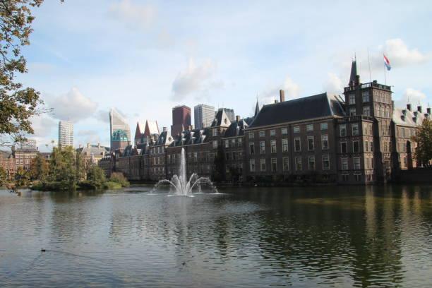 parlementsgebouw genaamd binnenhof met skyline in den haag, nederland - rutte stockfoto's en -beelden