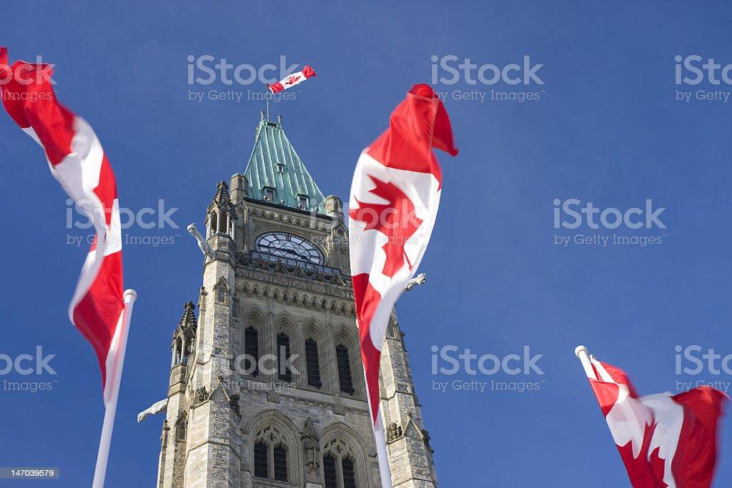 O Parlamento do Canadá, a paz Tower, Canadá Flags - foto de acervo