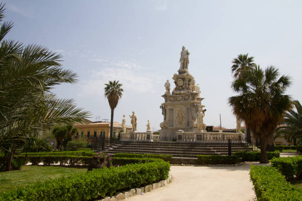 place du parlement à palerme, italie - palais buccal photos et images de collection