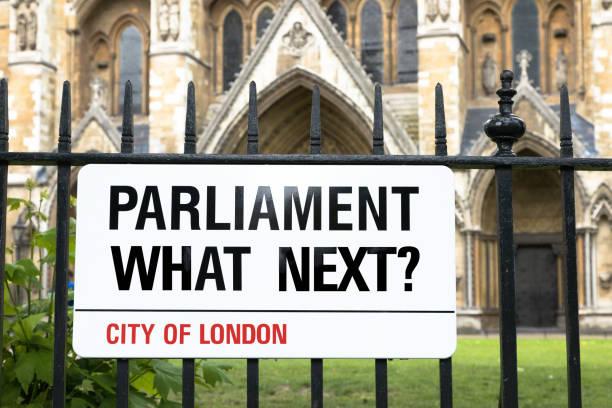 parlament, die nächste? london-straßenschild - britische politik stock-fotos und bilder