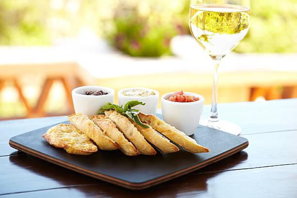 parmesan verkrustete brot mit drei verschiedenen dips - dinge die zusammenpassen stock-fotos und bilder