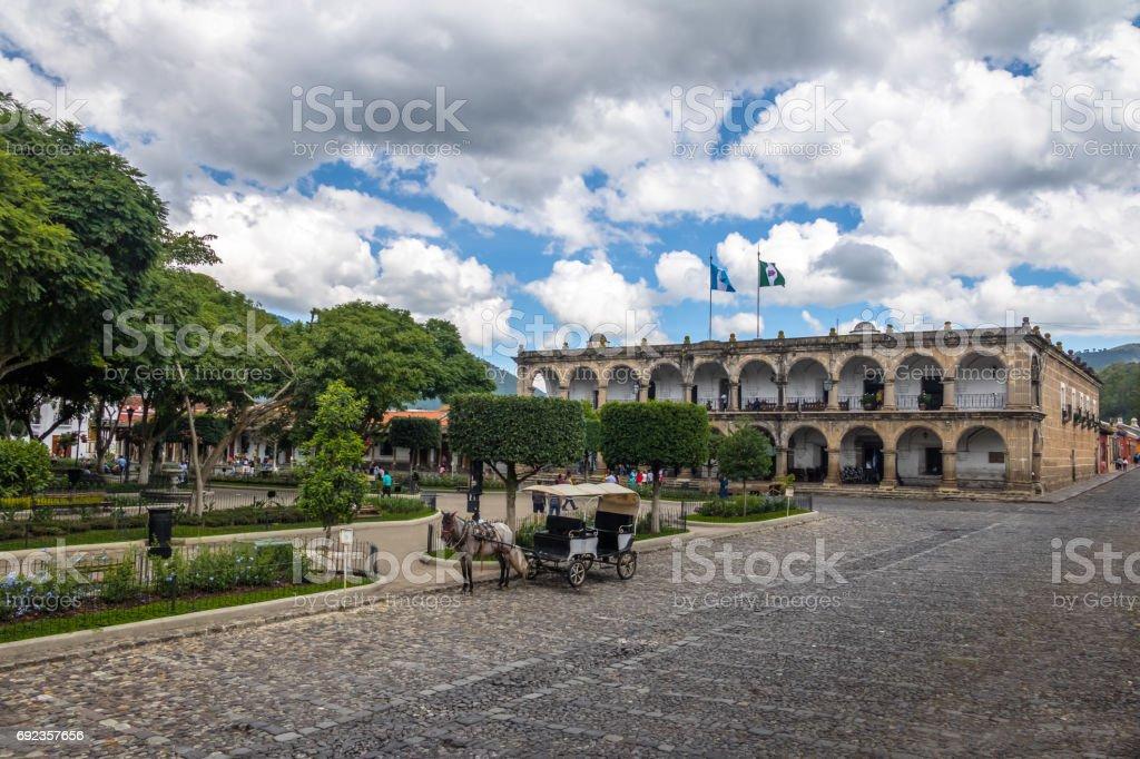 Parque Central o Plaza Mayor (plaza principal) y Palacio de Ayuntamiento (City Hall) - Antigua, Guatemala - foto de stock