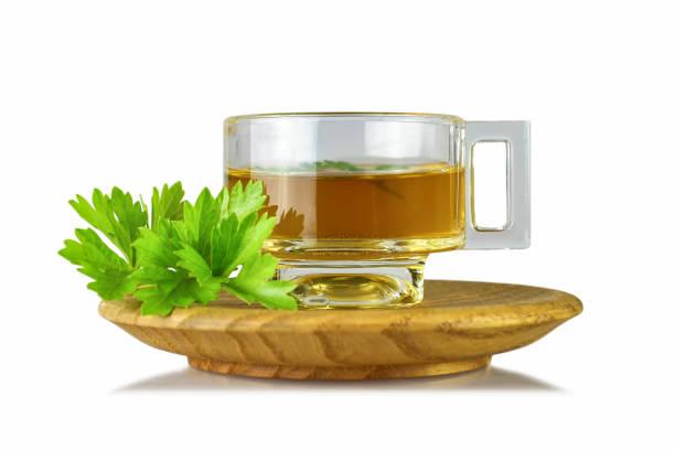 Petersilie-Tee in durchsichtiger Tasse isoliert auf weißem Hintergrund – Foto