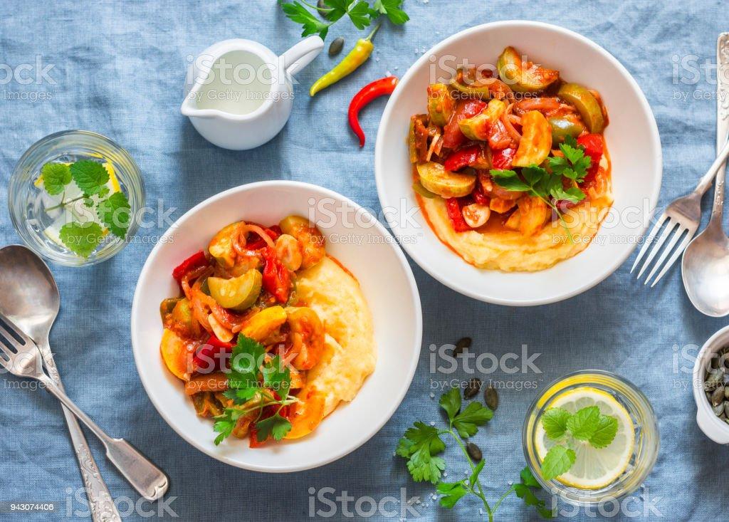 111bb0b9f9 Pastinake Wurzel Kartoffelpüree Püree und Gemüse Ratatouille - gesundes  Essen köstliche vegetarische Mittagessen auf blauem Hintergrund