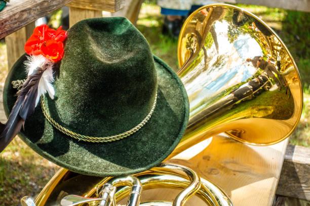 teil einer typischen bayerischen blechblasinstrument - bayerische tracht stock-fotos und bilder