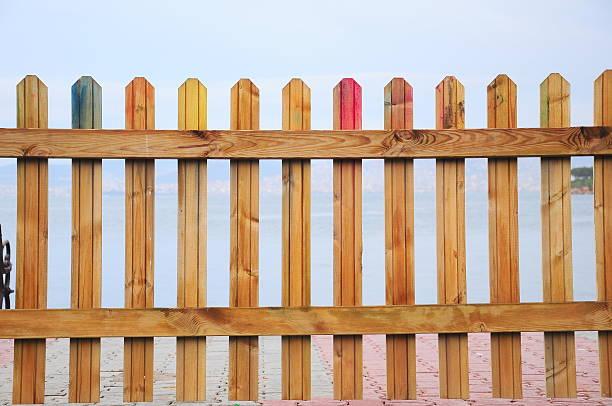partie d'une clôture en bois - cosmetique store photos et images de collection