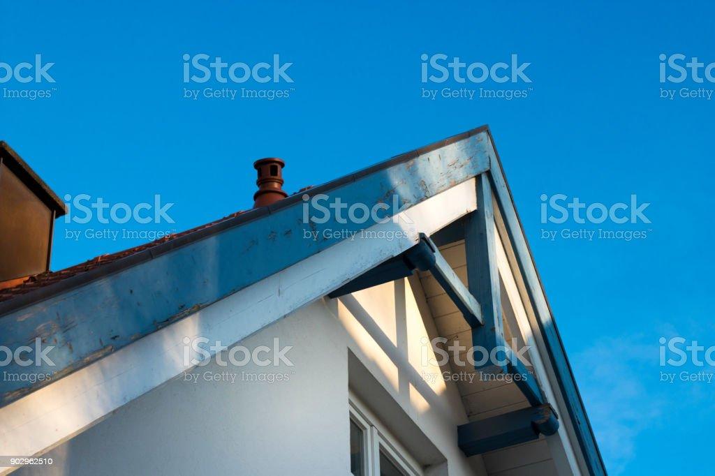 Teil einer alten Dach und blauer Himmel – Foto