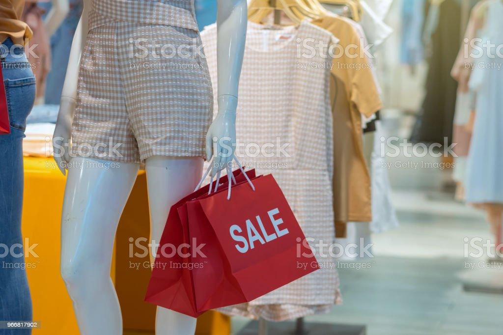 73abb3b57 Foto de Parte Do Feminino Manequim Vestido Com Roupas Casuais ...