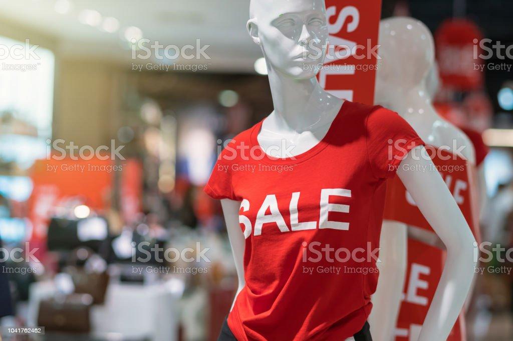 9c9d1ab61 Parte do feminino manequim vestido com roupas casuais com texto de venda na  loja de departamentos