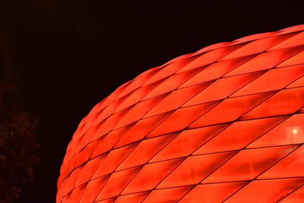 Teil der Münchner Allianz-Arena in rot – Foto
