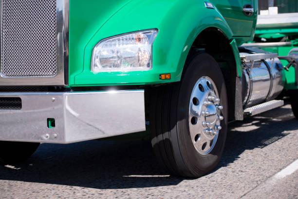 teil des mächtigen grünen sattelzug sattelschlepper mit chrom-kühlergrill - aufgemotzte trucks stock-fotos und bilder
