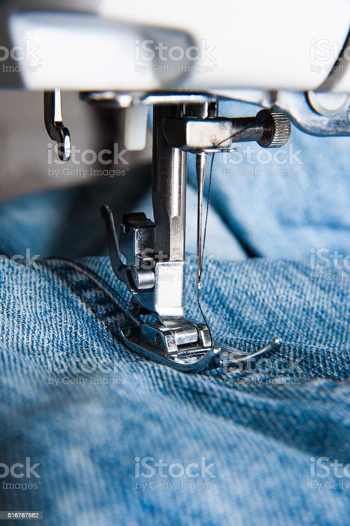Teil der Nähmaschine und jeans-Stoff – Foto
