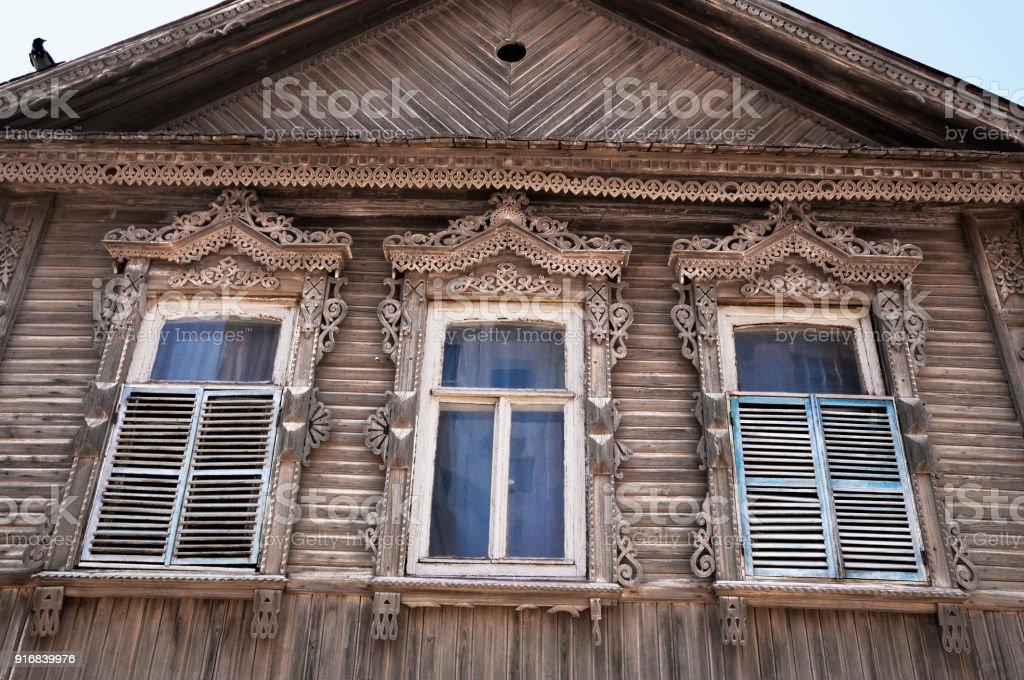 Deel van de gevel van de oude russische houten huis in de stad