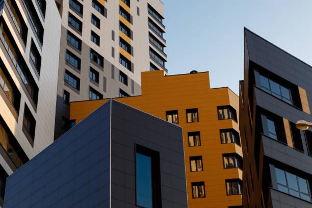 Teil der städtischen Immobilien. Moderne belüftete Fassade mit Fenstern. Diagonale Anordnung. – Foto