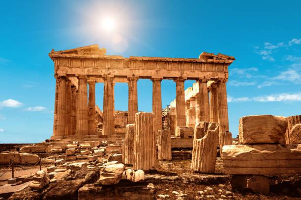 parthenon på akropolis i aten, grekland. det är ett topplandmärke i aten. trevligt landskap av antika grekiska ruiner i aten centrum. - unesco bildbanksfoton och bilder