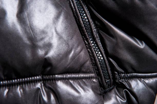 ジャケットのジッパーを暗い部分のクローズ アップ ビュー - ダウンジャケット ストックフォトと画像