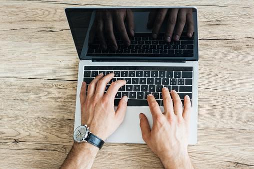 나무 테이블에 빈 화면으로 노트북을 사용 하 여 사람의 부분 평면도 기술자에 대한 스톡 사진 및 기타 이미지