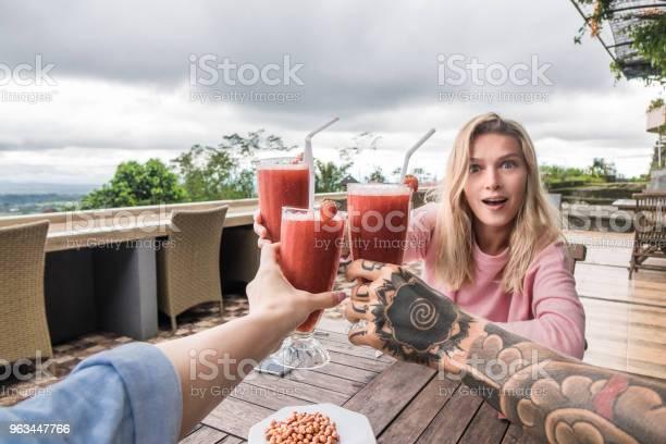 Częściowy Widok Znajomych Clinking Okulary Przy Stole Podczas Wakacji Na Bali Indonezja - zdjęcia stockowe i więcej obrazów Smoothie