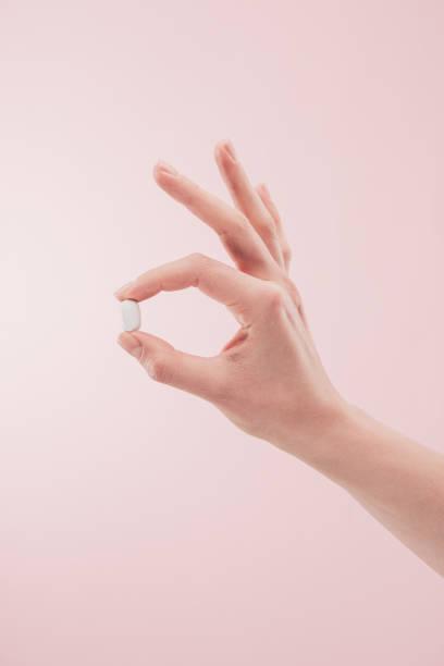 kısmi görünümünü tıp pink izole elinde tutan kadın - tablet stok fotoğraflar ve resimler