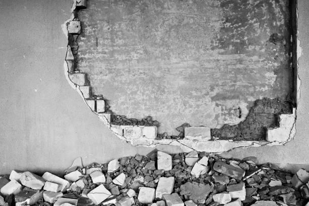 wand in einem industriegebäude unter abriss teilweise zerstört - betonwerkstein stock-fotos und bilder