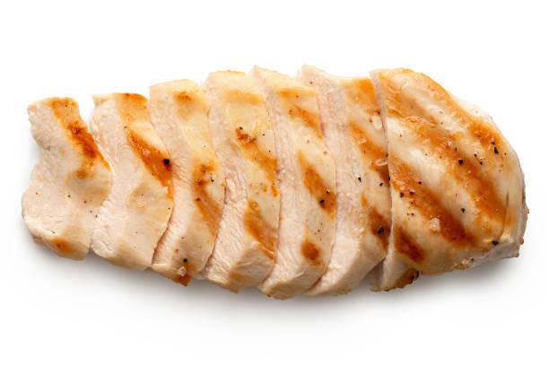 グリルマーク、黒コショウと塩を白に分離した部分的にスライスした鶏の胸肉。トップビュー。 - 鶏肉 ストックフォトと画像