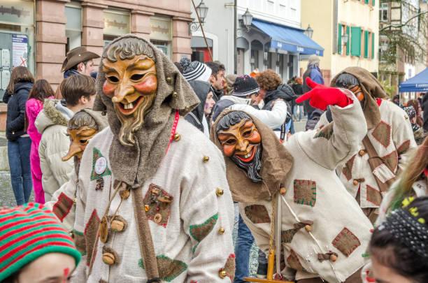 teilnehmern in kostümen führen eine straße prozession carneval fasnacht 17. januar 2016 in der stadt lahr, deutschland. traditionell die festliche und kulturellen faschingsumzug durch die straßen der städte und gemeinden in deutschland - fasnacht stock-fotos und bilder